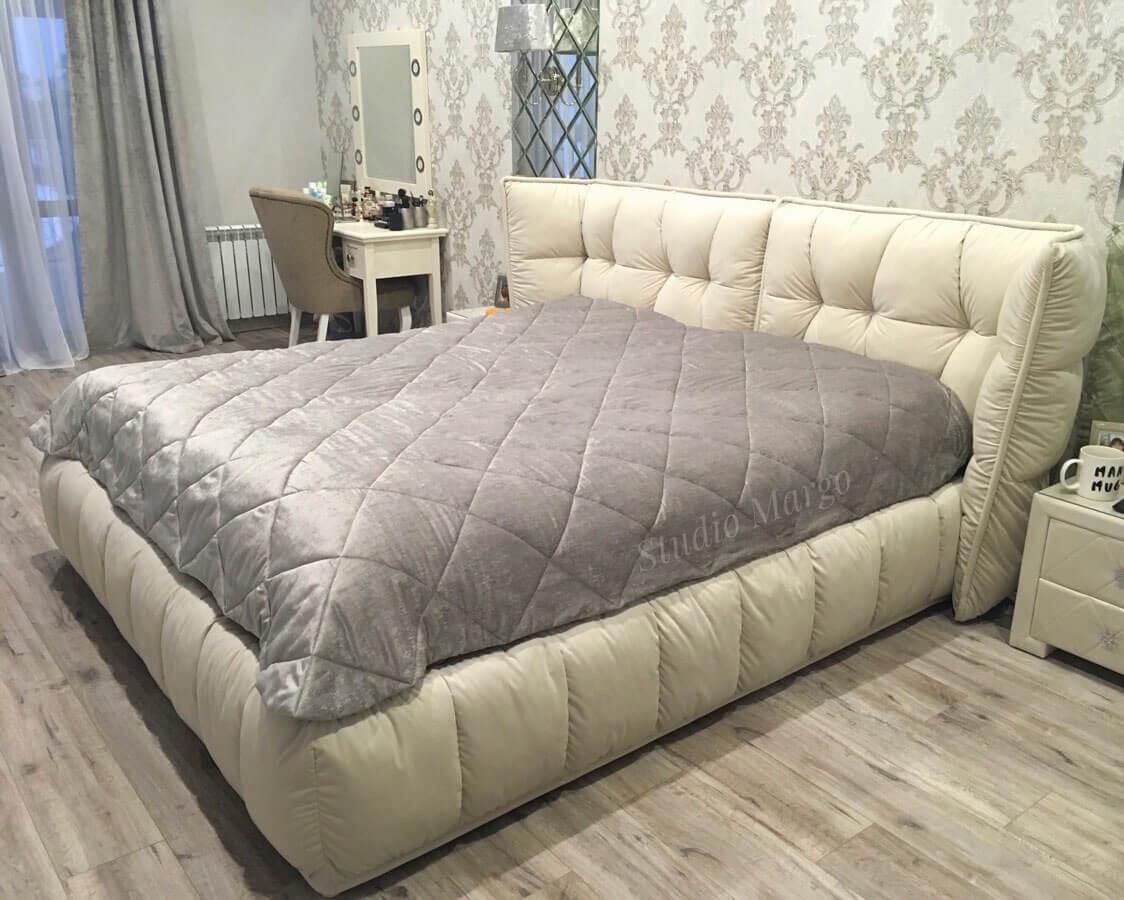 Ли на кровать